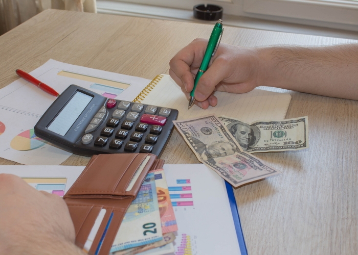 persona calculando ganancias