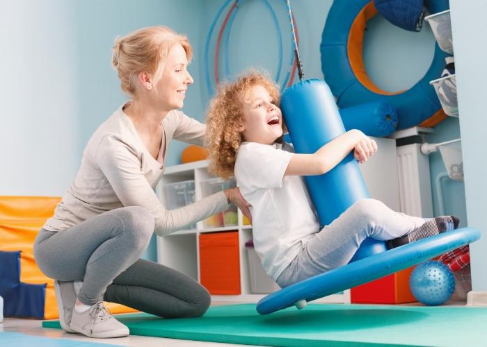 psicóloga y niña jugando