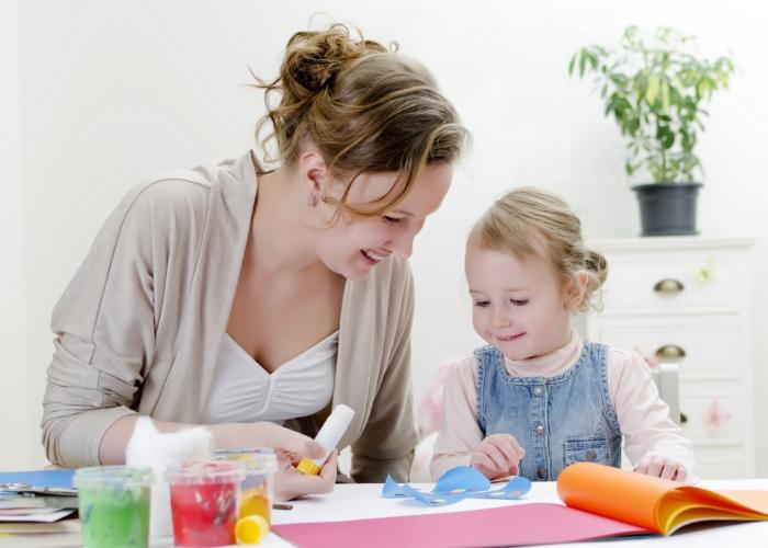 mama e hija haciendo manulidades