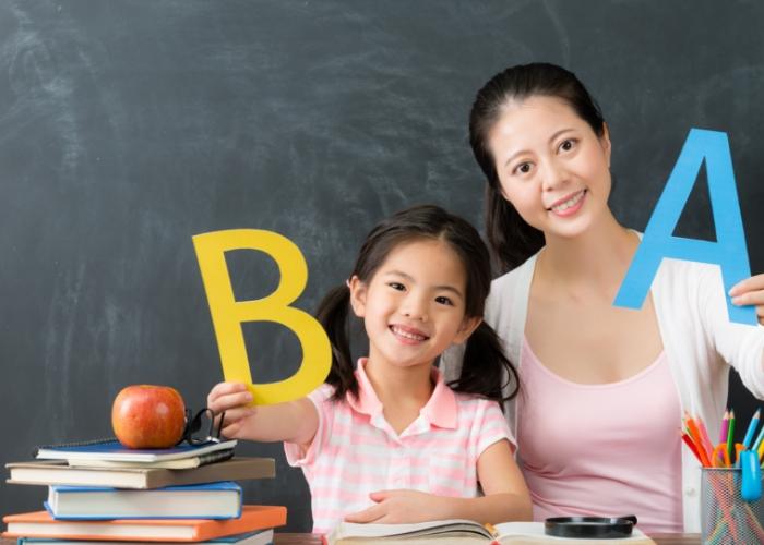 alumna y maestra sonriendo