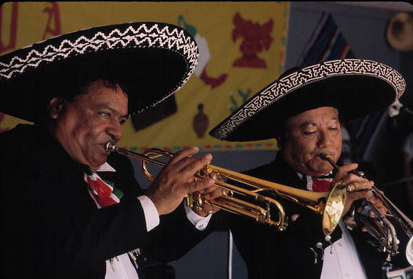 dos mariachis tocando musica