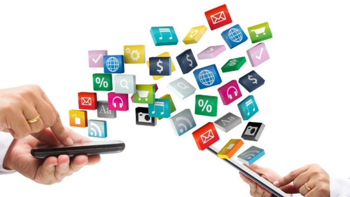 personas interactuando en aplicaciones móviles