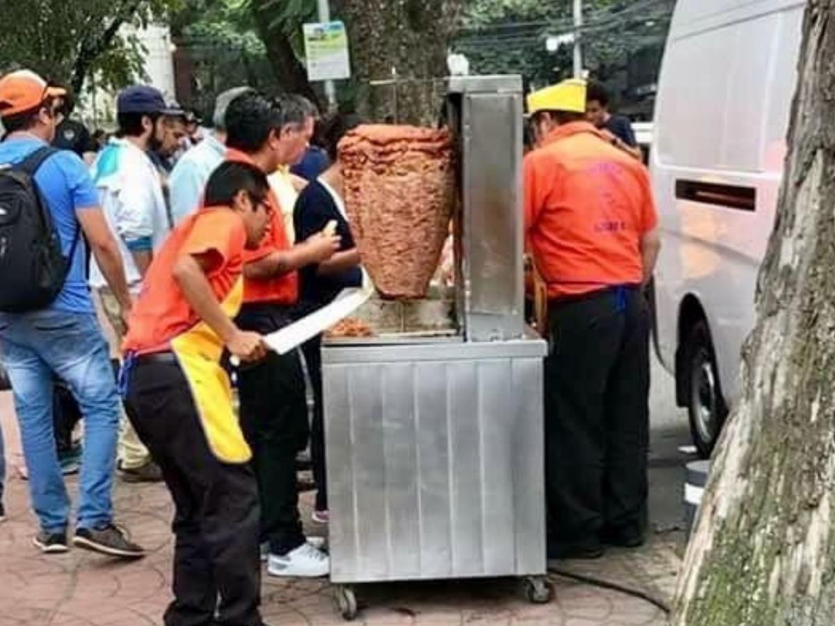 taqueros dando de comer a voluntarios
