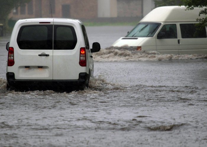 camionetas inundadas