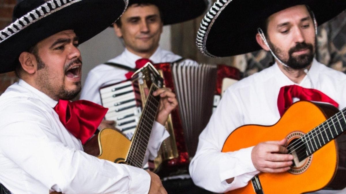 mariachis tocando música