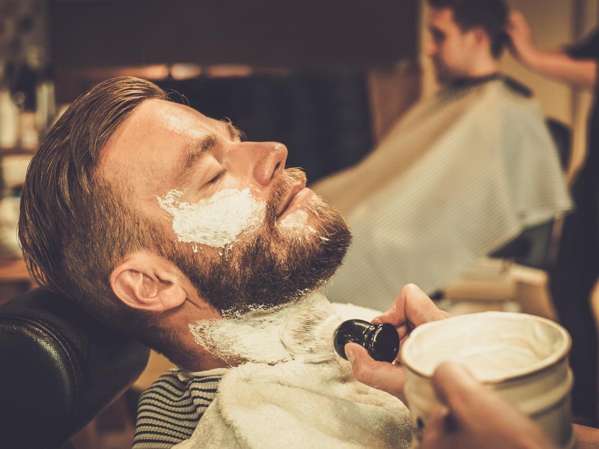 barbero afeitando a cliente