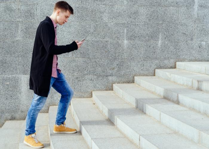 hombre subiendo las escaleras