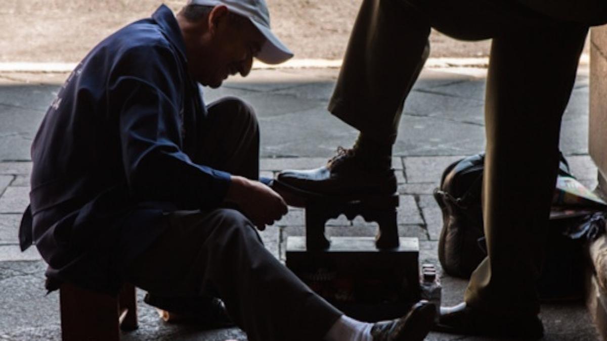 bolero limpiando zapatos
