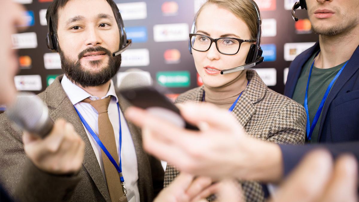 Periodistas buscando la información